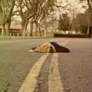 Rêver un impossible rêve. porter le chagrin des départs. Brûler d'une possible fièvre. Partir ou personne ne part.  Jacques Brel
