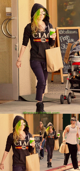 • Alinea-av ~ Article 77 ~ Newletter ~ Autres blogs ~  Gallery ~ Avril durant la séance photos pour la campagne Avril x Lotto. (hâte de voir le shoot en HD). Hier, Avril & (sont fiancée) Brody Jenner sortant du magasin Barrington Court Health & Beauty. (un FLOP côté tenue, & admirer ses cheveux vert... là ça ne le fais pas du tout).