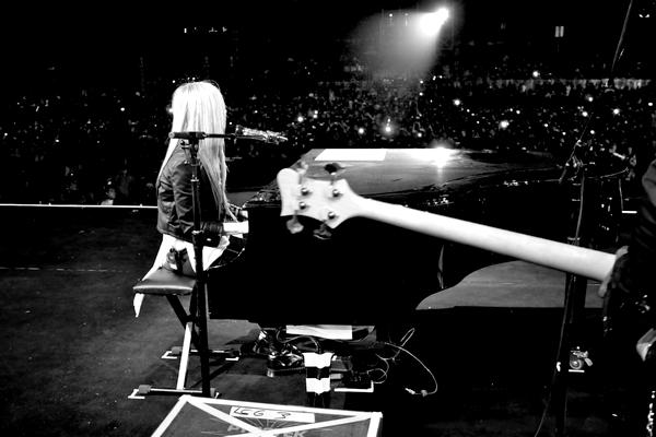 """• Alinea-av ~ Article 78 ~ Newletter ~ Autres blogs ~  Gallery ~ Le Black Star Tour vient de commencé (ce soir), Avril a tweeter ces photos, qu'en pensez vous ? (moi ca me donne très envie!).Avril était vendredi à conférence organisée à Pékin pour la campagne Avril x Lotto a eu lieu hier, elle à nouveau vêtue des vêtements de la marque et a même chanter un extrait de """"I Love You"""" et """"What The Hell"""" (je trouve Avril si Jolie sur ces photos, y a que la tenue qui ne me plait pas, un TOP ou un FLOP?)"""