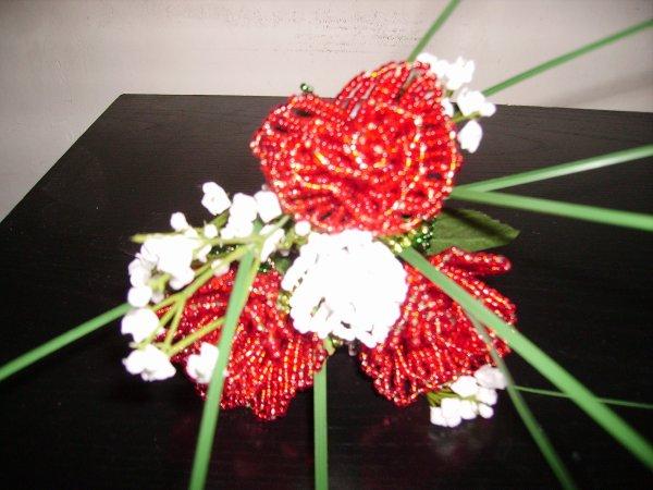 Le bouquet demoiselle d'honneur rouge et blanc.