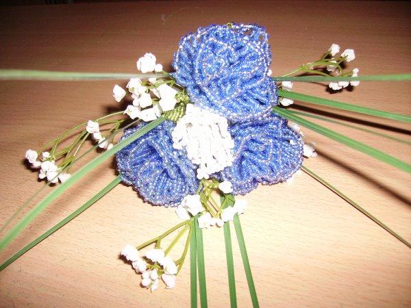 Le bouquet demoiselle d'honneur bleu et blanc.
