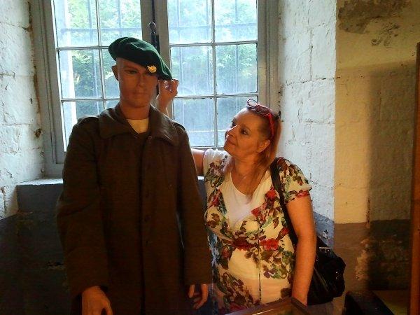 ma belle maman au coté d'un soldat