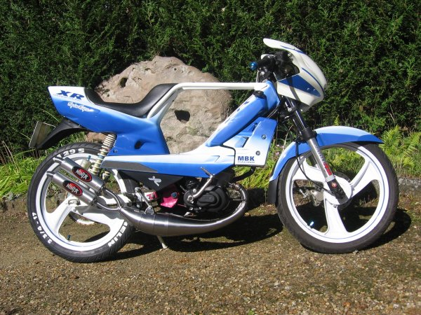 XR F1 assistance blue and white NU70