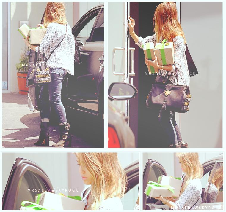 Jessica Alba arrivant aux bureaux de son entreprise #JessicaAlba #People #Fashion