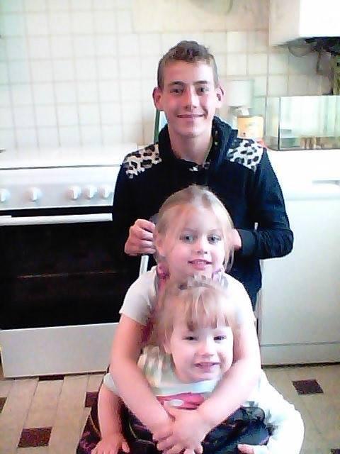 BON ANNIVERSAIRE A NOTRE PETIT FILS ALEXIS        avec ses nieces