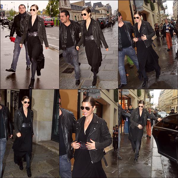 """Le 08/10 : Jessica a été aperçue aux alentours d'une boutique parisienne, Azzedine AlaïaParis va vraiment bien à Jess, elle est souriante à souhaits et à l'aise encore une fois devant les pap'z. J'adhère pas totalement à sa robe longue noire avec les collants dessous, bon certes il pleuvait alors bon on la comprend qu'elle avait trop envie de s'habiller superbement.. Par contre j'aime vraiment beaucoup ces chaussures à talons. Pour son look """"clous"""", j'adore tout simplement, le rouge lui va bien puis aucune fautes de goût pour ma part, à part peut être le top blanc qui est un peu HS mais bon il reste quand même joli et discret. Alors BOF pour la robe et TOP pour le look """"clous""""."""