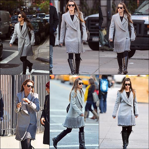 """Le 09/11 : Jessica a été aperçue dans les rues de New York avec des amisEncore ce manteau gris, je peux plus me le voir franchement, j'aime de moins en moins. Les bottes comme ça ne lui vont vraiment pas puis qu'est ce qu'elle m'a fait là avec sa petite couette comme une guosse de deux ans ?! Mon dieu quoi, allez un FLOP total, pour une fois. Par contre quand elle a changé de tenue, franchement magnifique, j'adore ces chaussures, elle s'est mis une sorte d'écharpe qui coupe bien le manteau, que j'aimais pas dans la tenue précédente mais je trouve qu'il passe mieux comme ça, ouvert et avec l'""""écharpe"""" et sa robe noire est très chic alors ce sera un TOP."""