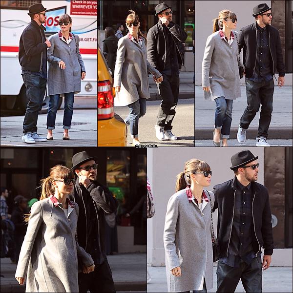 Le 11/11 : Jessica et son mari Justin ont été aperçu sortant du cinéma, à New YorkUne tenue très simple même les chaussures sont simples, disons que j'aime bien mais je trouve ça vraiment trop simple. D'habitude la simplicité sur Jess j'aime bien mais là je sais pas j'accroche pas. Alors pour moi ça sera un BOF pour cette tenue.