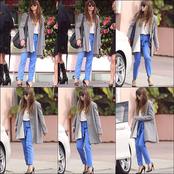 """Le 15/11 : Jessica a été aperçue sortant du restaurant """"The Ivy"""" à Santa MonicaJ'aime beaucoup son pantalon bleu, qui fait un contraste avec le reste. Un petit top blanc tout simple, je kiffe la simplicité puis avec ces petits escarpins, c'est vraiment superbe. Je lui accorde un TOP."""