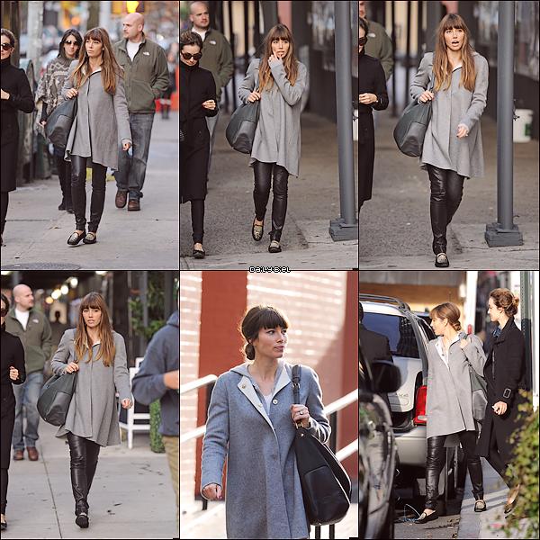 Le 18/11 : Jessica a été aperçue dans les rues de New York Jess est belle au naturelle, je trouve qu'elle est d'ailleurs plus belle légèrement maquillée, qu'avec trois tonnes de trucs sur la tronche. Par contre pour le coup ce manteau gris, euh bof quoi ça fait vieille puis avec ce pantalon ça va vraiment pas quoi. Côté chaussures, je les adore toujours autant. Je lui accorde un BOF.