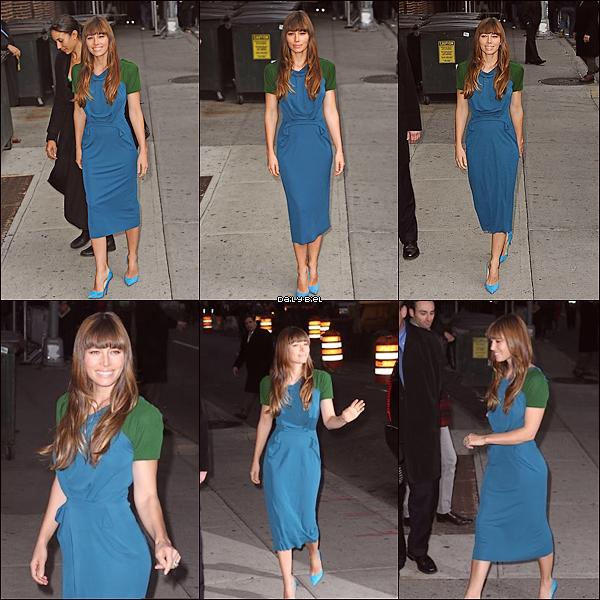 """Le 19/11 : Jessica a été aperçue arrivant au """"Late Show with David Letterman"""" Jess porte une joli petite robe, elle lui va bien mais je trouve que les manches vertes gâches un peu le tout quoi puis elle aurait peut être pas du mettre des chaussures bleues, ça ne coupe pas assez la tenue, surtout quand y'a pas d'accessoires avec le tout. Sinon toujours aussi souriante et ces chaussures sont belles malgré qu'elle sont peut être un peu trop de la même couleur enfin je sais pas pourquoi mais ça me va pas. Alors je dirai BOF pour cette tenue."""