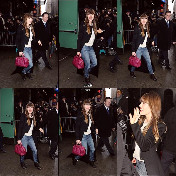"""Le 04/12 : Jessica a été aperçue arrivant aux studios du """"Good Morning America""""Pour la première tenue, j'aime pas du tout, j'aime que son sac donc je lui accorde un FLOP. Pour la seconde, j'aime beaucoup sa chemisette, son manteau, ces chaussures et son sac, j'adhère totalement à son look alors c'est un TOP. Et pour la troisième, j'aime bien son manteau, j'aime pas son écharpe, j'aime pas son jean's avec ces chaussures donc c'est un BOF."""