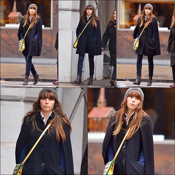 Le 11/12 :  Jessica a été aperçue dans les rues de New York J'aime beaucoup la tenue de Jess. Première fois que je la vois avec un bonnet et franchement j'adore, ça lui va bien. J'aime également ces bottes et son manteau. Par contre, petit bémol pour son sac, que j'aime pas du tout mais c'est TOP tout de même.