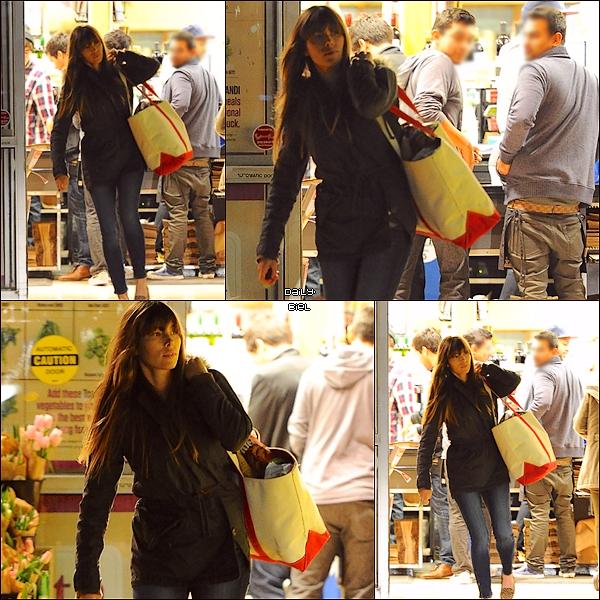 Le 05/01 : Jessica a été aperçue quittant un supermarché de Los Angeles Jess est pas maquillée et est habillée simplement, ce qui est logique pour aller faire des courses. Elle porte les chaussures que j'adore tant. Il y a pas grand chose à dire sur sa tenue.