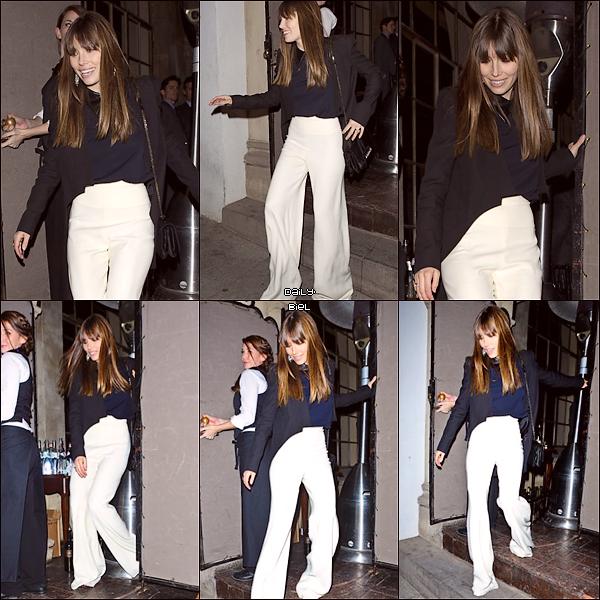 Le 11/01 : Jessica a été aperçue quittant le Château Marmont sur West HollywoodJess porte une jolie veste, que j'aime beaucoup même si elle est spéciale quand on la regarde de derrière. Son pantalon est beau mais trop long à mon goût. J'aurais préféré qu'elle mette un top noir plutot que bleu. C'est un petit BOF pour ma part.