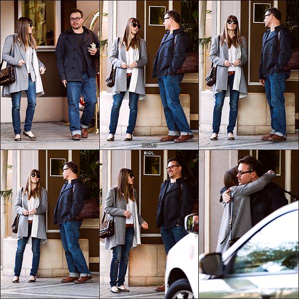 """Le 12/02 : Jessica a été aperçue quittant l'hôtel """"Four Season"""" à Beverly Hills en compagnie d'un ami J'aime beaucoup la tenue que Jess porte, elle a le pull gris que j'aime bien quand il est ouvert, de belles ballerines, simple mais efficaces et également un très beau sac. UN TOP."""