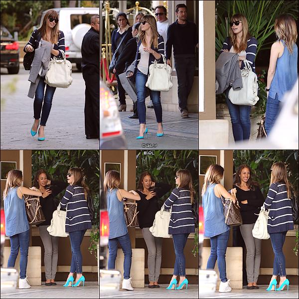Le 15/02 : Jessica a été aperçue bavardant avec des amies aux alentours de l'hôtel FS à Beverly Hills J'aime moins la tenue que précédemment même si Jess reste très jolie. Si on prend chaque vêtement séparément j'adore mais ensemble j'accroche pas. Je trouve ce jean's trop court pour aller avec des escarpins, qui sont hors sujet pour ma part avec les tons de la tenue. C'est un BOF.