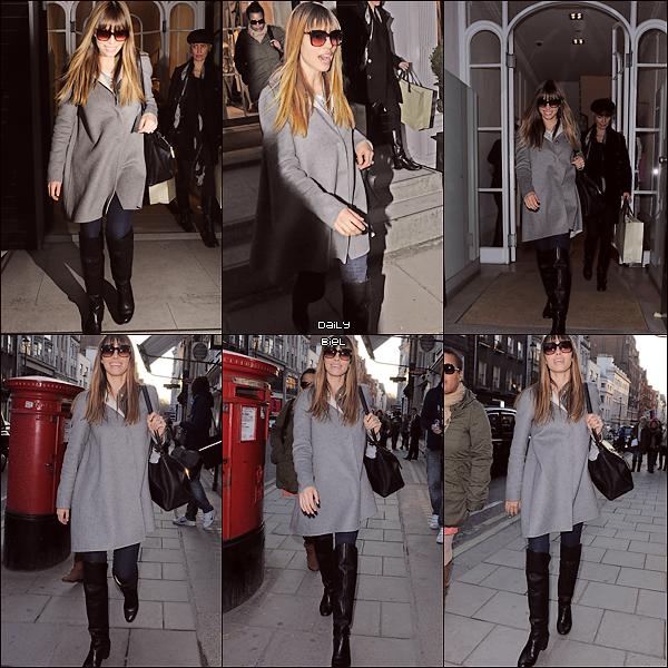 Le 19/02 : Jessica a été aperçue faisant du shopping dans la boutique londonienne de Stella McCartney et aux alentours