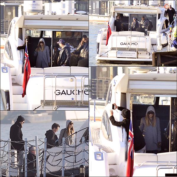 """Le 21/02 : Jessica a été aperçue visitant """"la Tamise"""" sur les rives londoniennes en compagnie de Justin, d'une amie et de ces gardes du corps"""