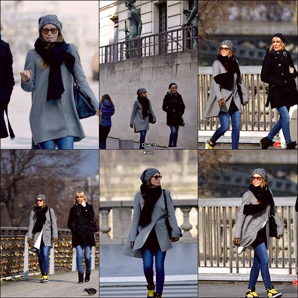 Le 26/02 : Jessica, cette fois avec une amie, a été aperçue marchant dans les rues parisiennes
