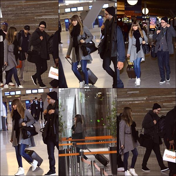 Le 27/02 : Jessica a été aperçue, avec Justin, à l'aéroport Roissy-Charles de Gaulle à Paris