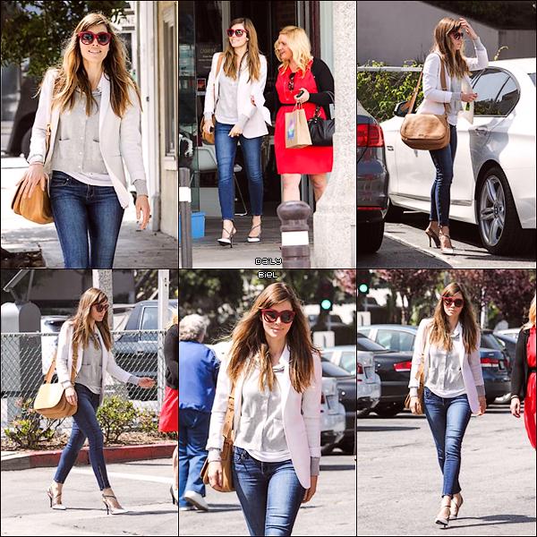 Le 21/03 : Jessica a été aperçue, avec Michelle Purple, faisant les courses à Santa Monica