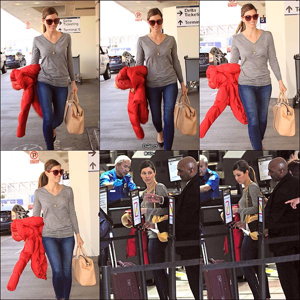 Le 28/03 : Jessica a été aperçue à l'aéroport de LAX à Los Angeles