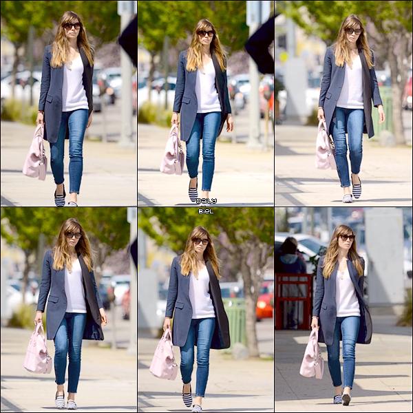 """Le 04/04 : Jessica a été aperçue, toujours avec Michelle Purple, quittant le restaurant """"The Ammo Cafe"""" à Hollywood"""
