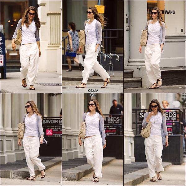 Le 25/06 : Jessica a été aperçue marchant dans les rues de New York avec ces chiens Tina et Brennan