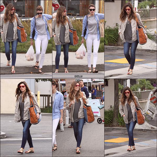 """Le 28/07 : Jessica a été aperçue au supermarché """"Farmers Market"""" à Studio City"""