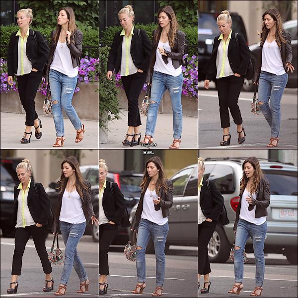 Le 09/08 : Jessica a été aperçue dans les rues de Boston, Massachusetts avec une amie