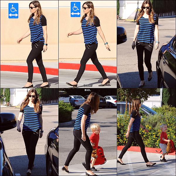 Le 12/09 : Jessica a été aperçue allant chercher le fils de son amie Michelle Purple à la sortie de l'école, à Los Angeles
