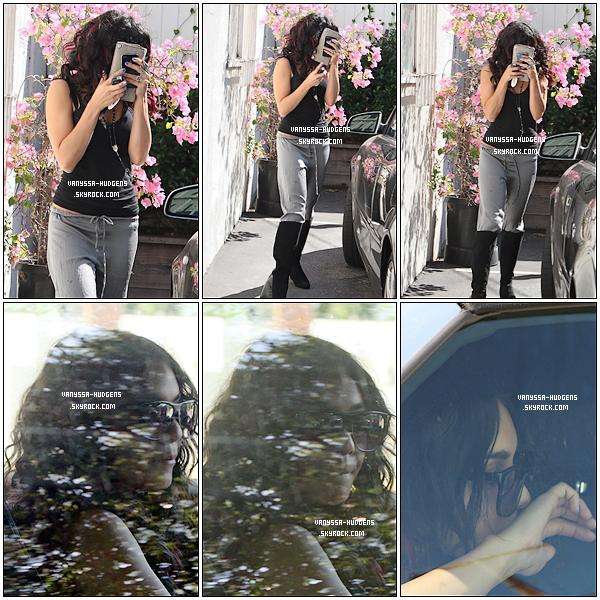 .  06/08/2010 : Miss Hudgens quittant la maison d'une amie avant la représentation de Rent, à Los Angeles..