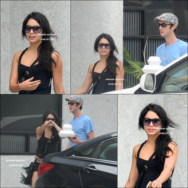 . 28/09/10 : Vaness' a été vue avec un ami sortant d'une salle de gym, puis prenant a manger, à Los Angeles... .