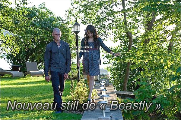 . _'Catch up on old news missed! :)  10/11/10 : Vanessa rigolant et faisant des photos entre deux scènes avec ses co-stars du film. .