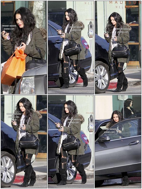 . 30/12/10 : Notre Vanessa Hudgens a été vue faisant du - comme d'habitude - shopping à Studio City.  .