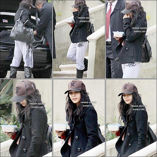 . 06/01/2011 : Notre belle Vanessa Hudgens a été aperçue se rendant à un rendez-vous dans Studio City. 08/01/2011 : Finis les vac's pour Ness', elle a été vue sortant de chez elle et se rendant à l'aéroport LAX pour touner la suite de son prochain film « Journey 2 : The Mysterious Island ».  . Découvrez aussi une nouvelle photo promo pour « SUCKER PUNCH ». J'adore !  .