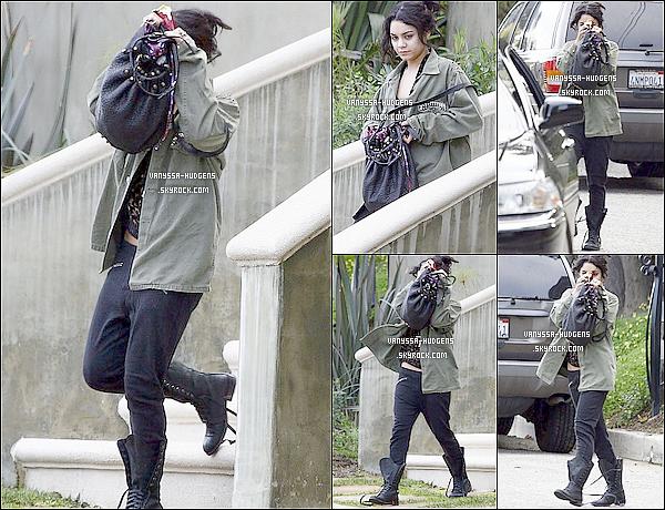 . 24 février 2011 : Vanessa présentant différents bijoux pour Beastly, sous la marque Haute Betts Jewelry.  25 février 2011 : Vanessa sortant de chez elle, en essayant de se cacher, afin de rejoindre sa limousine.  .