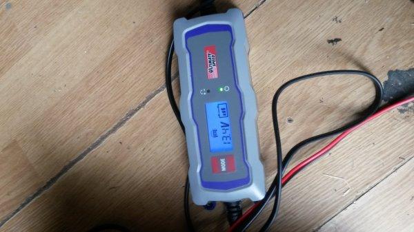 mon petit chargeur de batterie , il est formidable , il vient de charger la batterie du fourgon en rien de temps ... même pour la moto .