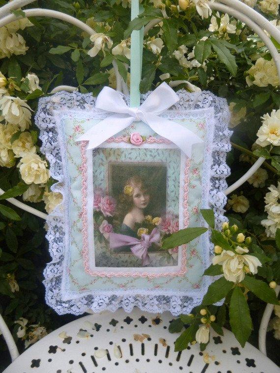 recyclé( cartes postales , tissus et fleurs)