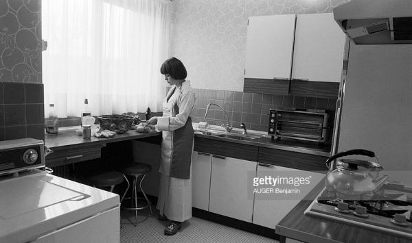 Dans sa cuisine à son domicile à Neuilly - MIREILLE MATHIEU (LE