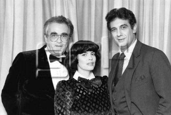 Mireille Mathieu avec Placido Domingo au cours de l'émission télévisee 'Le Grand Echiquier' pour leur chanson 'Tous mes rêves' composée par Michel Legrand en 1983 a Paris