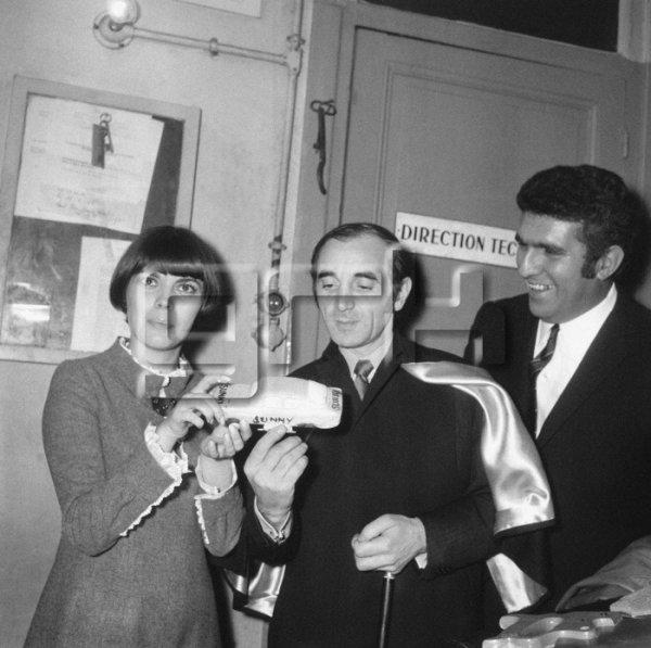 Mireille Mathieu félicité par Charles Aznavour et le cascadeur Jean Sunny, à l'Olympia à Paris, le 16 janvier 1966