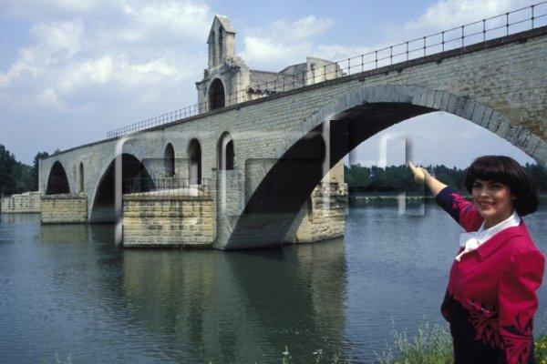 Devant le Pont d'Avignon (Le pont Saint-Bénézet)