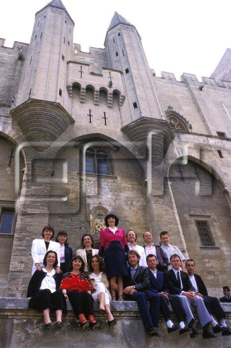 Devant le Palais des Papes à Avignon