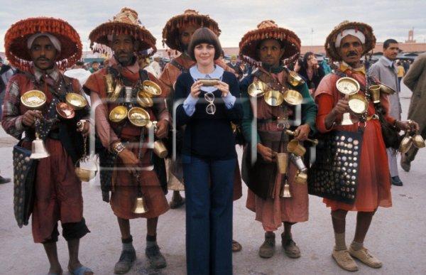 Entourée d'hommes en tenue traditionnelle en mai 1976 au Maroc