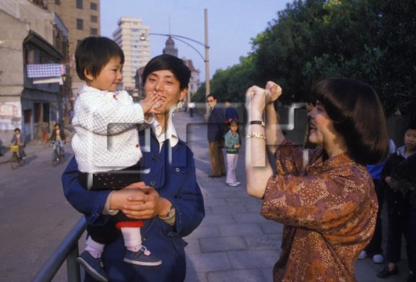 Mireille Mathieu photographie une fillette et son père à Pékin en 1986