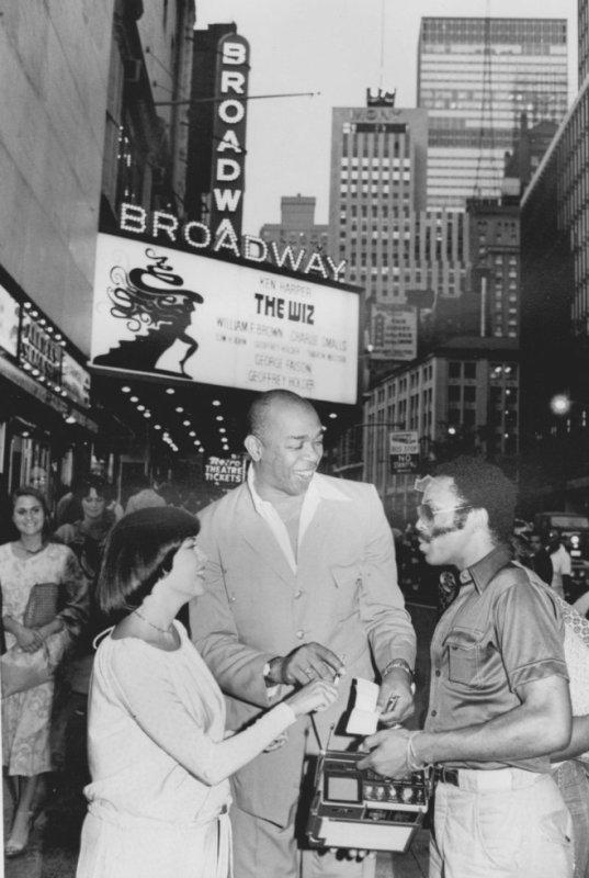 """Mireille à New-York avec les producteurs de la comédie musicale """"The wiz""""."""