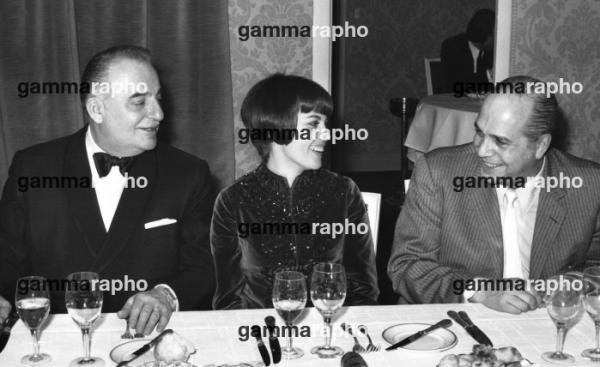 Bruno Coquatrix le directeur de l'Olympia , Mireille Mathieu et le comédien Robert Manuel lors d'un dîner en 1969