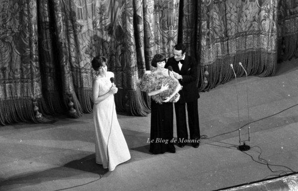 Mireille Mathieu et Yves Mourousi sur la scène du Bolchoï à Moscou